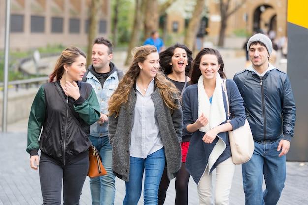 Группа друзей гулять и веселиться вместе в лондоне
