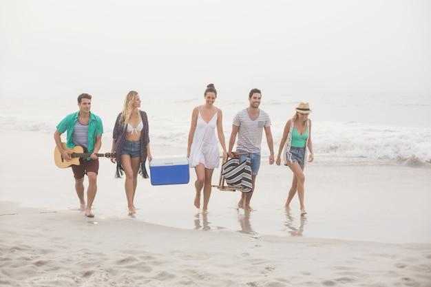 ビーチの上を歩く友人のグループ