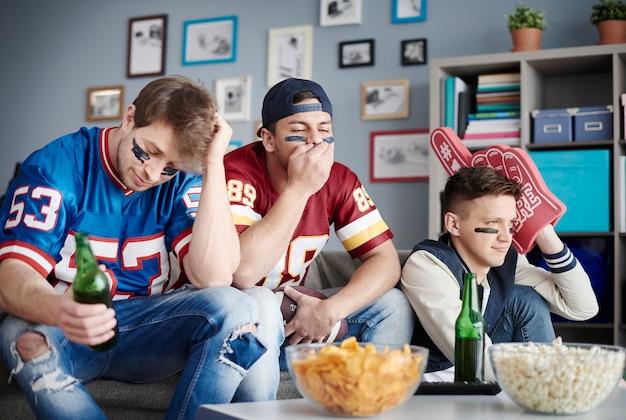 집에서 축구를 보는 친구들