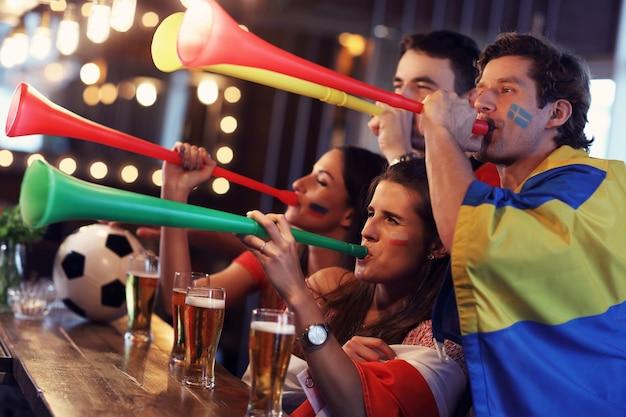 술집에서 축구 경기를보고 친구의 그룹