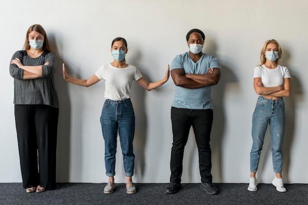 Группа друзей в масках для лица