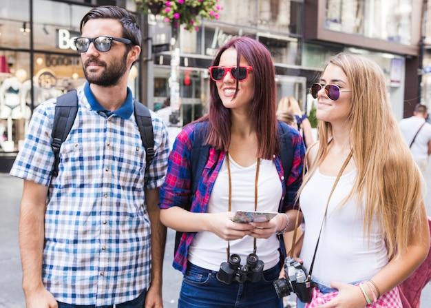 도시에서 선글라스를 착용하는 친구의 그룹 무료 사진
