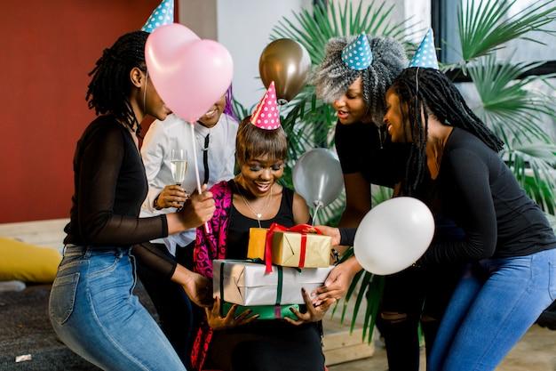 풍선과 생일을 축하하는 선물을 가진 친구의 그룹