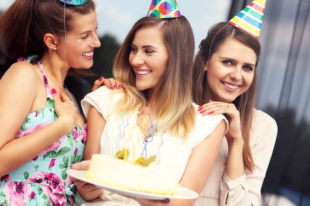 誕生日を祝うケーキと友達のグループ