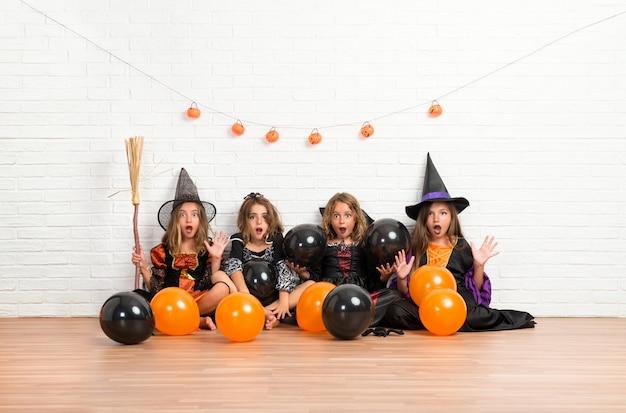 할로윈 휴가 뱀파이어와 마녀의 의상을 가진 친구의 그룹
