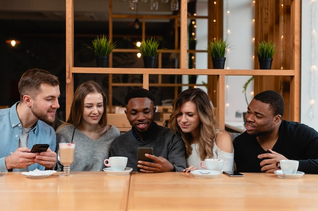 携帯電話を持つ友人のグループ