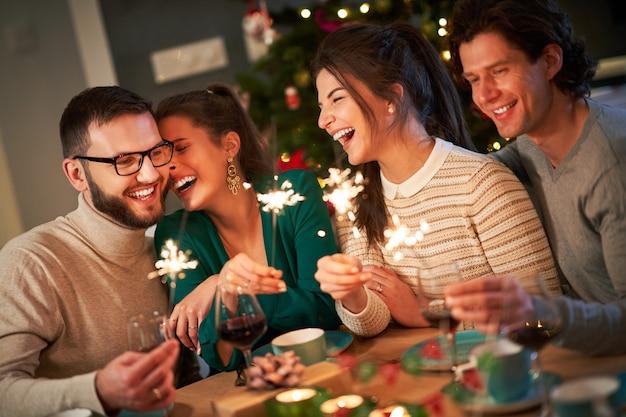 家でクリスマスを祝う線香花火と友達のグループ