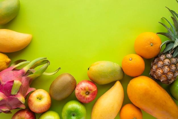 Группа фруктов на фоне зеленых насаждений