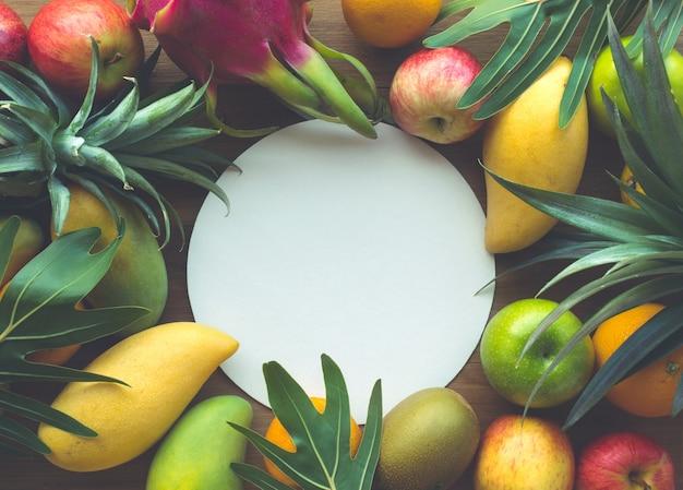 白いスペースに果物のグループ、フラットレイ