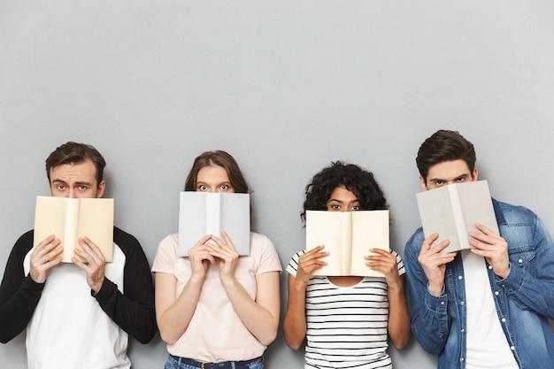 本を持って面白い若い多民族の友人のグループ