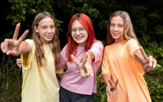 Группа лучших друзей девушек, позирующих вместе