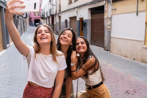 Группа подруг, посещающих красивый город