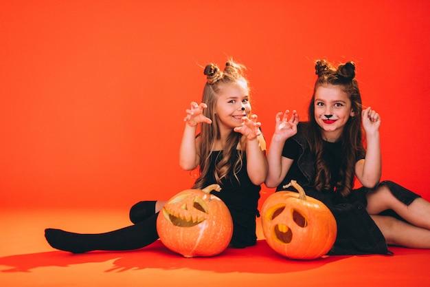 Группа девушек, одетых в костюмы хэллоуина в студии