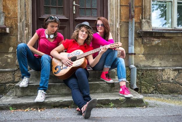 通りに座っている女の子のグループ