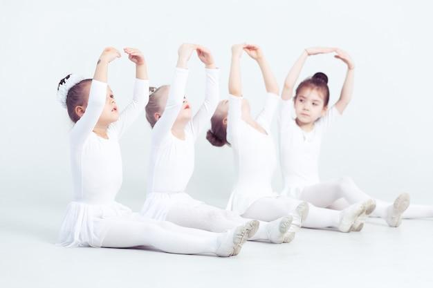 クラシックバレエ学校の授業中に練習している優雅なかわいいバレリーナのグループ