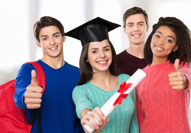 배경에 배낭을 메고 졸업한 학생들의 그룹