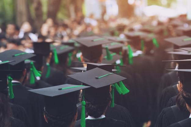 開始時の卒業生のグループ。大学の学位での概念教育のお祝い。卒業式