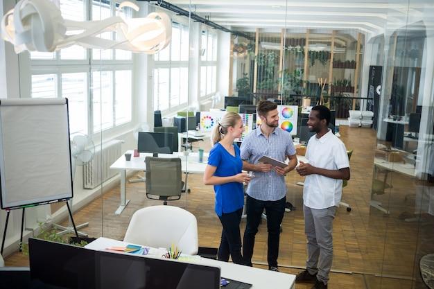 Группа графических дизайнеров, взаимодействующих друг с другом