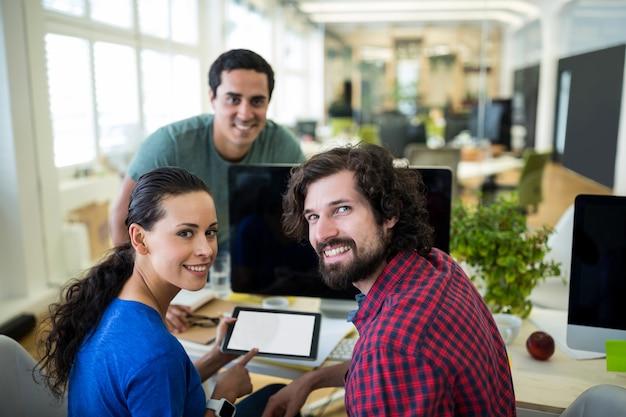 디지털 태블릿을 사용하는 그래픽 디자이너 그룹