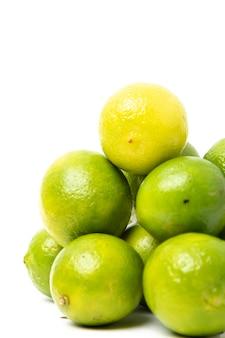 흰색 배경에 녹색 레몬의 그룹