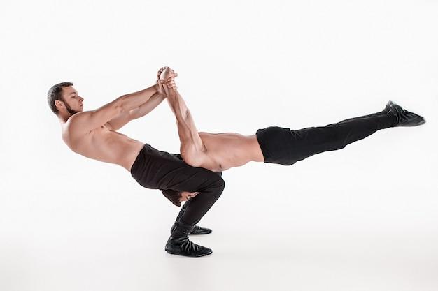 バランスポーズの体操のアクロバティックな白人男性のグループ