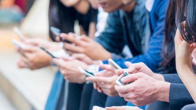 スマートフォンを持つ手のグループ