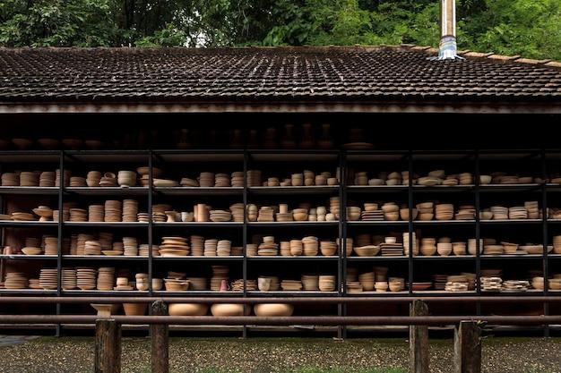 棚に配置された手作りのセラミック台所用品のグループ