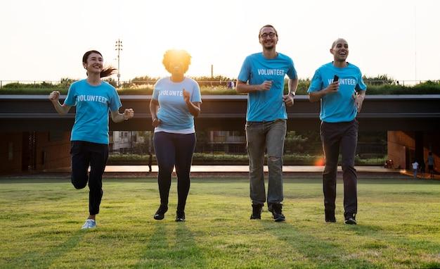 Группа счастливых и разнообразных добровольцев