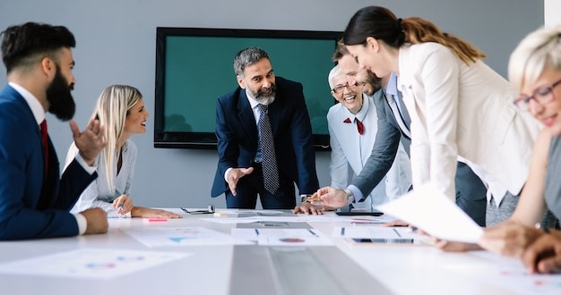 사무실 회의에서 브레인스토밍을 하는 행복한 사업가들