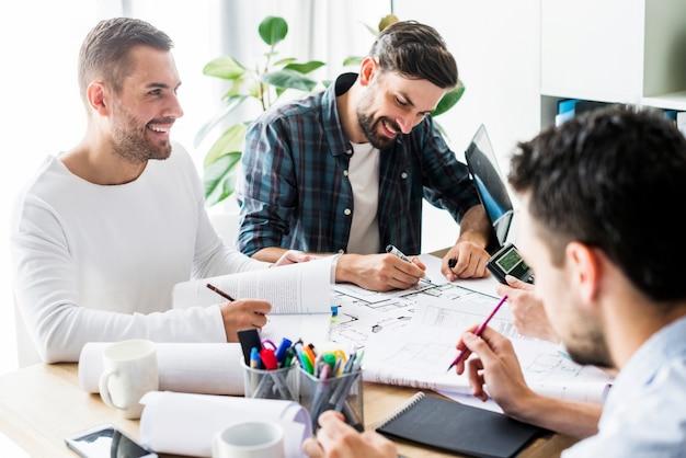 Группа счастливых бизнесменов, работающих в офисе