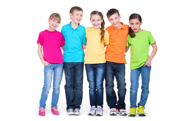Группа счастливых детей в красочных футболках, стоящих вместе в полный рост на белом фоне.