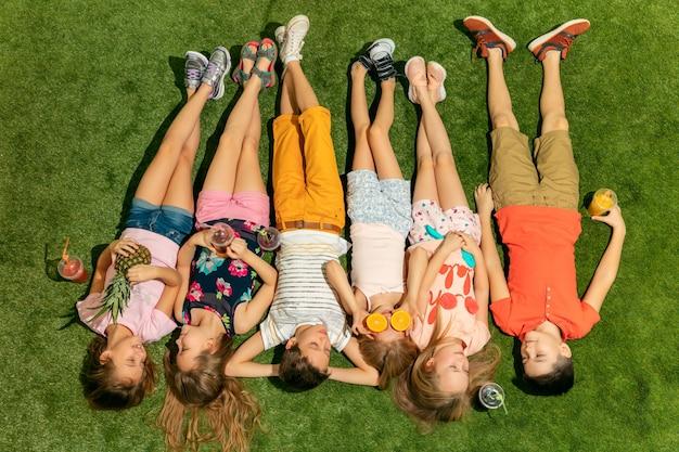 屋外で遊ぶ幸せな子供たちのグループ