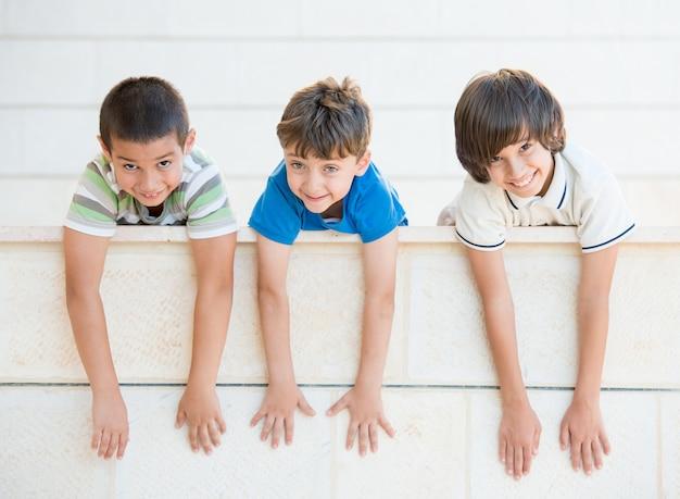 開いた腕を持つ幸せな子供のグループ