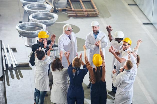 幸せな工場労働者のグループ
