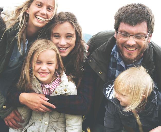 お互いに抱き合って幸せな家族のグループ