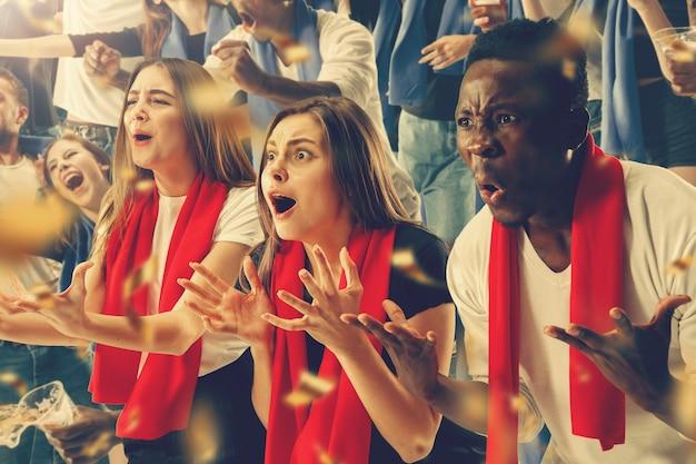 행복한 팬 그룹이 팀 승리를 응원하고 있습니다. 8 가지 모델로 구성된 콜라주.