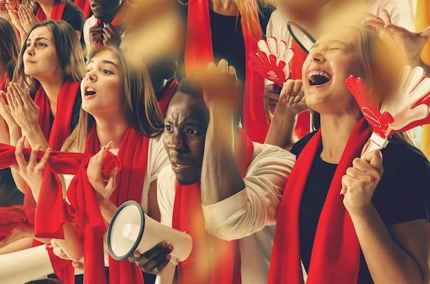 행복한 팬 그룹이 팀 승리를 응원하고 있습니다. 6 가지 모델로 구성된 콜라주.