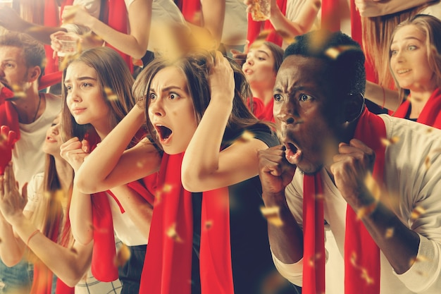 팀 승리를 응원하는 행복한 팬 그룹