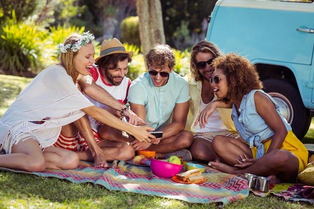 Группа счастливый друг, принимая селфи в парке