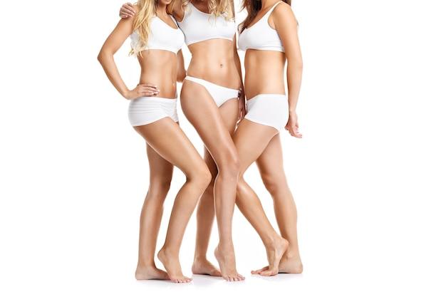 흰색 배경 위에 팬티에 행복 친구의 그룹