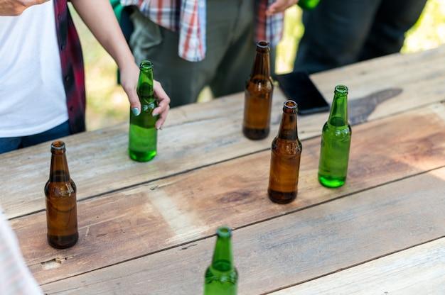 健康的なライフスタイルを生き、ビールとビールを飲みながら応援をリラックスして幸せな友人のグループ