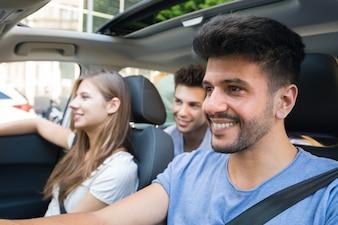 車で幸せな友人のグループ