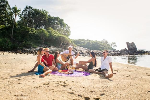 Группа счастливых друзей на тропическом острове