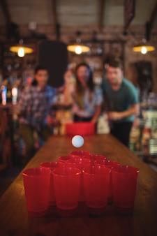Группа счастливых друзей, играющих в игру