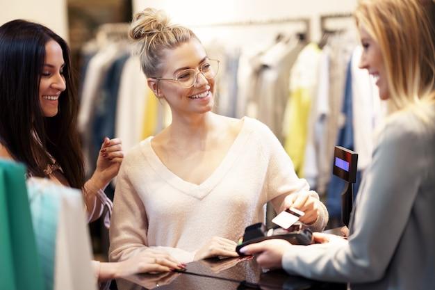 쇼핑몰에서 옷을 쇼핑하는 행복 친구의 그룹