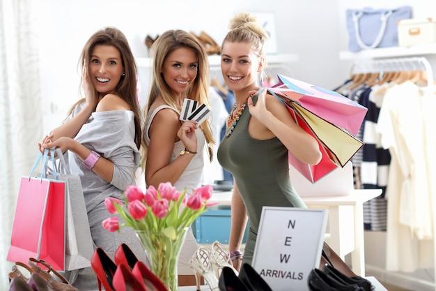 저장소에서 쇼핑하는 행복 한 친구의 그룹