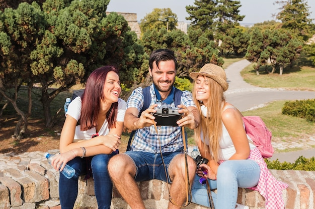 카메라에서 사진을 찍고 행복 친구의 그룹 무료 사진