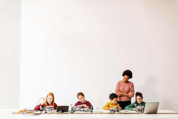 그들의 아프리카 계 미국인 여성 과학 교사와 함께 행복한 아이들의 그룹