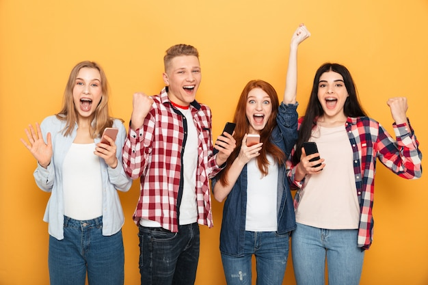 幸せな学校の友達のグループ