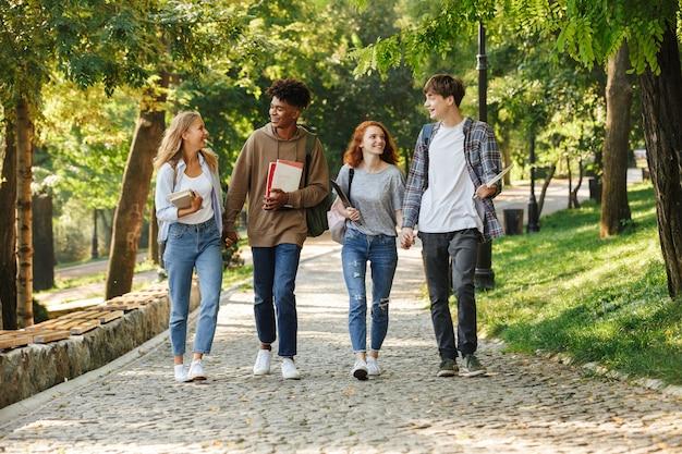 캠퍼스 야외에서 걷는 행복 한 학생의 그룹